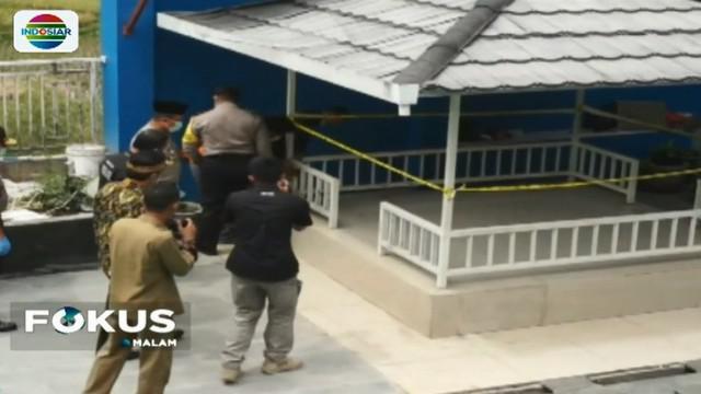Di rumah ini, polisi menemukan bangker atau ruang bawah tanah yang diduga tempat meracik miras.