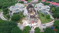 Foto udara gedung kantor Gubernur yang rusak akibat gempa bumi dengan magnitudo 6,2 di Mamuju, Sulawesi Barat, Minggu (17/1/2021). Badan Nasional Penanggulan Bencana (BNPB) melaporkan korban tewas gempa di Sulawesi Barat hingga 16 Januari pukul 20.00 WIB mencapai 56 orang. (ADEK BERRY/AFP)
