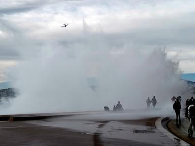 Gelombang ombak besar saat menghantam pantai Kota Nice di Riviera Prancis (28/12/2020). Badai Bella telah menghantam sebagian besar wilayah Prancis. (AFP/Valery Hache)