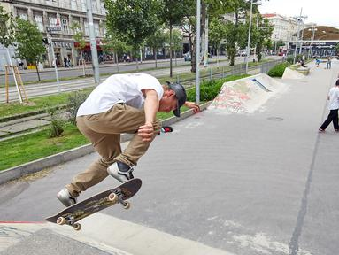 Seorang pria bermain papan luncur atau skateboard di sebuah taman olahraga jalanan di Wina, Austria, Rabu (8/7/2020). Sejumlah orang di Wina pergi ke taman olahraga jalanan untuk melakukan olahraga luar ruangan setelah pembatasan COVID-19 dicabut. (Xinhua/Georges Schneider)