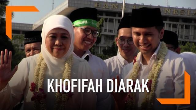 Khofifah Indar Parawangsa dan Emil Dardak disambut meriah warga Surabaya usai dilantik sebagai gubernur dan wakil gubernur Jawa Timur.