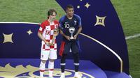 Luka Modric (kiri) dan Kylian Mbappe memenangkan penghargaan pemain terbaik berbeda kategori pada Piala Dunia 2018. (AP Photo/Thanassis Stavrakis)