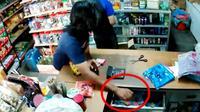 Seorang pria mencoba mencuri uang di sebuah toko (Sumber: Facebook/N9Radar