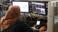 Pialang memantau jalannya perdagangan saham di galeri Profindo Sekuritas, Jakarta, Rabu (8/7/2020). Jelang penutupan sesi II, sebanyak 8,7 miliar lembar saham telah diperdagangkan. (Liputan6.com/Angga Yuniar)