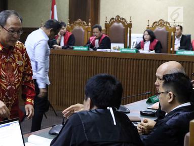 Terdakwa dugaan korupsi E-KTP, Made Oka Masagung (kiri) dan Irvanto Hendra Pambudi Cahyo saat menjalani sidang tuntutan di Pengadilan Tipikor, Jakarta, Selasa (6/11). Keduanya dituntut 12 tahun penjara oleh JPU KPK. (Liputan6.com/Helmi Fithriansyah)