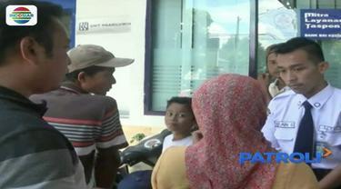 Puluhan nasabah berkerumun di depan kantor sebuah bank di Kediri. Mereka meminta pertanggung jawaban pihak bank, karena saldo mereka hilang tanpa sebab hingga Rp 10 juta.