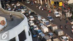 Sejumlah kendaraan terjebak kemacetan di kawasan Tanah Abang, Jakarta, Jumat (16/9). Kurangnya pengawasan membuat kawasan tersebut kembali semrawut akibat banyaknya PKL serta angkutan umum yang mengetem sembarangan. (Liputan6.com/Immanuel Antonius)