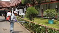Salah satu petugas yang diterjunkan pemerintah, tengah melakukan penyemprotan disinfektan di halaman RSUD dr. Slamet, Garut, Jawa Barat. (Liputan6.com/Jayadi Supriadin)