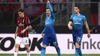 Gelandang Arsenal Henrikh Mkhitaryan (tengah) merayakan gol ke gawang AC Milan pada leg pertama babak 16 besar Liga Europa, di San Siro, Milan, Kamis (8/3/2018). (AFP/Marco Bertorello)