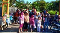 Endang Suzana mengajak keluarganya berkunjung di pasar Kramat Jumat Pahing Muntilan yang sebenarnya menempati sebuah gang di kampung Kramat. (foto : Liputan6.com / edhie prayitno ige)