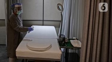 Perawat sedang menyemprotkan cairan disinfektan di salah satu ruang di klinik kecantikan ERHA, Jakarta, Jumat (19/06/2020). Perawatan wajah dengan protokol kesehatan tetap menjadi prioritas klinik kecantikan di era new normal saat pandemi COVID-19. (Liputan6.com/Herman Zakharia)