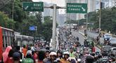Ratusan sepeda motor terparkir di sepanjang jalan layang atau flyover Gerbang Pemuda, Jakarta, Minggu (9/12). Kendaraan bermotor milik penonoton sepak bola laga Persija vs Mitra Kukar diparkir di trotoar hingga ke flyover. (merdeka.com/Iqbal S. Nugroho)