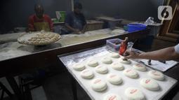 Pekerja menyelesaikan pembuatan kue bulan di Industri Rumahan Kue Bulan Putri Lauw, Pondok Sentul, Ciater, Tangerang Selatan, Selasa (10/11/2020). Pada masa pandemi sekarang, produksi kue tradisional khas Tionghoa tersebut menurun sesuai pesanan pembeli. (merdeka.com/Dwi Narwoko)