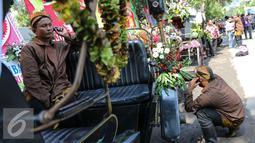 Sejumlah kereta kencana pengiring pengantin Putra sulung Presiden Joko Widodo, Gibran Rakabuming Raka di depan Gedung Graha Saba, Solo, Kamis (11/6/2015). Gibran menikahi Selvi Ananda dengan memakai adat Jawa. (Liputan6.com/Faizal Fanani)