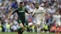 Pemain Real Betis Lo Celso berduel dengan bek Real Madrid Nacho Fernanzez pada laga terakhir Liga Spanyol di Santiago Bernabeu, Minggu (19/5/2019). Real Betis menang 2-0. (AP Photo/Bernat Armangue)