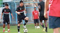 Gelandang asal Jepang, Shodai Nishikawa saat berlatih bersama Madura United di Stadion Gelora Bangkalan, Bangkalan, Kamis (2/5/2019). (Bola.com/Adtya Wany)
