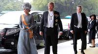 Raja Belanda Willem-Alexander (tengah) dan Ratu Maxima (kiri) tiba untuk menghadiri upacara penobatan Kaisar Naruhito di Istana Kekaisaran, Tokyo, Jepang, Selasa (22/10/2019). Kaisar Jepang Naruhito akan menjalani rangkaian ritual penobatan resmi kekaisaran hari ini. (AP Photo/Koji Sasahara, Pool)