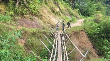 Jalanan untuk menuju Dusun Gun Tembawang yang berada di perbatasan Indonesia-Malaysia.