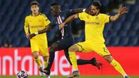 Gelandang Paris Saint-Germain, Idrissa Gueye, berebut bola dengan pemain Borussia Dortmund pada leg 16 besar Liga Champions di Parc des Princes, Prancis, Kamis (12/3) dini hari WIB. PSG menang 2-0 atas Dortmund. (AFP/GETTY/UEFA)