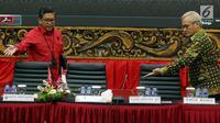 Sekjen PDI Perjuangan Hasto Kristiyanto (kiri) bersama Koordinator Bidang Politik dan Keamanan PDI Perjuangan Aria Bima bersiap mengikuti acara Focus Group Discussion di DPP PDI Perjuangan, Jakarta, Selasa (24/4). (Liputan6.com/JohanTallo)