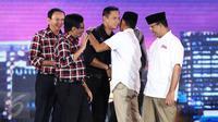 Agus Yudhoyono bersalaman dengan Sandiaga Uno usai Debat Cagub DKI Jakarta putaran ketiga di Hotel Bidakara, Jakarta, Jumat (10/2). Debat ke-3 ini mengangkat tema masalah kependudukan dan peningkatan kualitas hidup masyarakat.(Liputan6.com/Faizal Fanani)