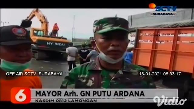 Eceng gondok yang memenuhi Sungai Bengawan Jero di Lamongan, Jawa Timur, dibersihkan oleh sekitar 400 personil TNI, Polri, BPBD, serta elemen masyarakat. Pembersihan eceng gondok ini bisa mengurangi luapan air Sungai Bengawan Jero.