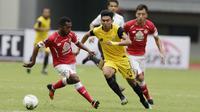 Pemain Bhayangkara FC, Dendy Sulistyawan, berusaha melewati pemain Semen Padang pada laga Piala Presiden 2019 di Stadion Patriot, Jawa Barat, Minggu (3/3). Bhayangkara FC menang 4-2 atas Semen Padang. (Bola.com/M Iqbal Ichsan)
