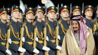 Raja Salman merupakan kepala negara Arab Saudi pertama yang menjejakkan kaki di Rusia (AP Photo/Ivan Sekretarev)