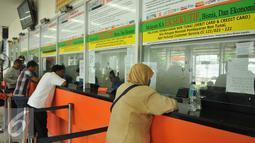 Sejumlah kasir melayani Calon penumpang untuk membeli tiket di Stasiun Senen, Jakarta (3/5/2016). Jelang libur panjang pada tanggal 5 dan 6 Mei penjualan tiket kereta api sudah terjual habis. (Liputan6.com/Gempur M Surya)