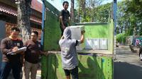 Distribusi Losgistik Pilkada Serentak Kota Cirebon mendapat pengawalan ketat dari aparat keamanan. Foto (Liputan6.com / Panji Prayitno)