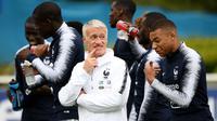 Pelatih Timnas Prancis, Didier Deschamps (kiri), dan Kylian Mbappe saat sesi latihan jelang kualifikasi Piala Eropa 2022 (30/5/2019). (AFP/Franck Fife)