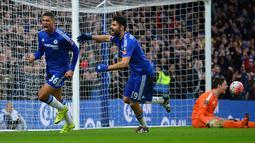 Pemain Chelsea, Ruben Loftus, merayakan gol ke gawang Scunthorpe United  bersama Diego Costa pada putaran ketiga Piala FA di Stadion Stamford Bridge, London, Minggu (10/1/2016). (AFP Photo/Glyn Kirk)