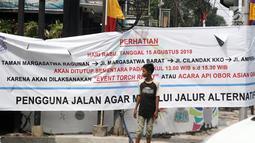 Seorang bocah menyeberang di Jalan Ampera, Jakarta, Selasa (7/8). Jalan Taman Margasatwa Ragunan, Margasatwa Barat, Cilandak KKO, dan Ampera akan ditutup saat pelaksanaan Api Obor Asian Games 2018 pada 15 Agustus mendatang. (Liputan6.com/Herman Zakharia)