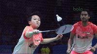 Liliyanan Natsir melayani permainan net pasangan Jepang, Yugo Kobayashi/Misaki Matsutomo pada babak kedua Indonesia Open 2018 di Istora Senayan, Jakarta, (5/6/2018). Tontowi/Liliyana menang 24-22, 21-19. (Bola.com/Nick Hanoatubun)