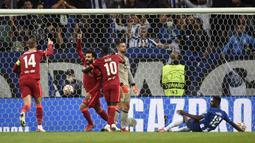 Liverpool membuka keunggulan 1-0 pada menit ke-18. Mohamed Salah berhasil memanfaatkan bola muntah dari kiper Porto Diogo Costa yang tidak sempurna mengantisipasi tendangan yang dilepaskan Curtis Jones. (AFP/Miguel Riopa)