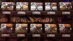 Foto pada 24 Juni 2020 menunjukkan mesin penjual masker otomatis di London. Mesin penjual masker otomatis bermunculan di sejumlah pusat keramaian di London ketika ibu kota Inggris itu melonggarkan kebijakan karantina wilayah (lockdown) COVID-19, demikian dilaporkan media lokal. (Xinhua/Ray Tang)