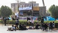 Pria, wanita, dan anak-anak tergeletak saat terjadi serangan pada parade militer di Kota Ahvaz, Iran, Sabtu (22/9). Sejumlah pria bersenjata menembaki tentara dan pejabat Garda Revolusi saat parade militer berlangsung. (MORTEZA JABERIAN/ISNA/AFP)