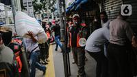Petugas gabungan menertibkan pedagang yang nekat berjualan saat masa pandemi COVID-19 di kawasan Pasar Tanah Abang, Jakarta, Jumat (22/5/2020). Gubernur DKI Jakarta Anies Baswedan menambah PSBB selama 14 hari mulai tanggal 22 Mei 2020. (Liputan6.com/Faizal Fanani)