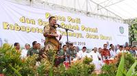 Bupati Indramayu H. Supendi saat menemani Menteri Pertanian panen raya padi seluas 150 hektar di desa Tambi, Kecamatan Sliyeg, Kabupaten Indramayu.