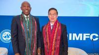Dua pejabat tinggi IMF, Lesetja Kgangyago (kiri) dan Jianhai Lin memamerkan kain ulos kepada wartawan. (Foto courtesy: IMF-World Bank)