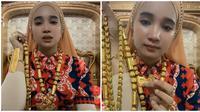 Emak-emak pamer emas yang ia pakai di sekujur tubuh, tak mau disebut riya. (Sumber: TikTok/@raeshamas)