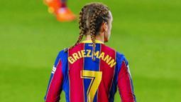 Penyerang Barcelona, Antoine Griezmann, saat melawan Real Sociedad pada laga Liga Spanyol di Stadion Camp Nou, Kamis (17/12/2020). Barcelona menang dengan skor 2-1. (AP/Joan Monfort)