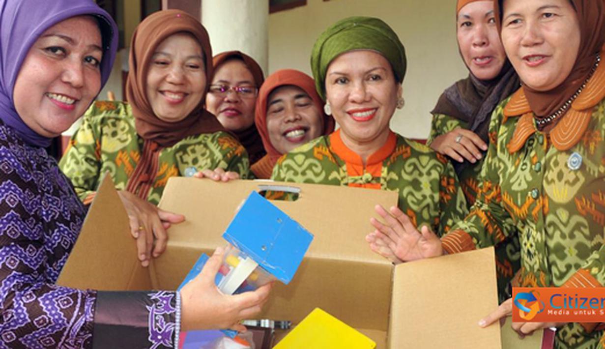 Citizen6, Lampung: Ketua TP PKK Tulang Bawang Barat Ny Hasiah Bachtiar, menerima bantuan seperangkat Alat Permainan Edukatif (APE) dari BKKBN Provinsi Lampung, Kamis (16/06). (Pengirim: Jerry Hasan)
