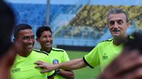 Pelatih Arema, Yanuar Hermansyah (paling kiri), kembali dari kursus goalkeeper coach. (Bola.com/Iwan Setiawan)