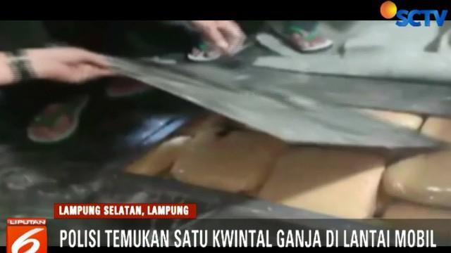 Saat digeledah, polisi mencurigai lantai mobil dibawah jok bagian tengah dimodifikasi dengan plat besi baru.