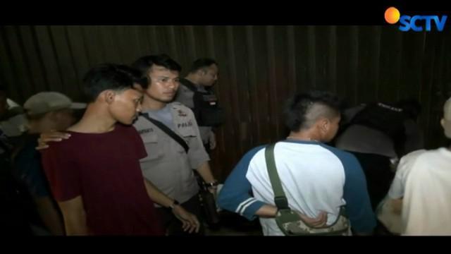 Dua pemuda ini disangka menjadi provokator penganiayaan terhadap pemilik toko telepon genggam.
