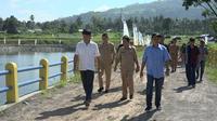 Walikota Bitung, Maximiliaan Jonas Lomban, studi banding ke Embung Wanua Ure untuk mengembangkan sektor pertanian Kota Bitung. (foto: dok. Pemkot Bitung)