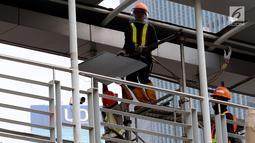 Pekerja melakukan Pembongkaran Jembatan Penyebrangan Orang (JPO) di Kawasan Bundaran HI, Jakarta, Senin (30/7). JPO yang sempat menimbulkan kontreversi itu dirobohkan karena alasan keindahan dan tak ramah penyandang disabilitas. (Liputan6.com/Johan Tallo)