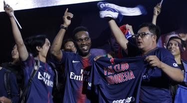 Legenda PSG, Jay-Jay Okocha, bernyanyi bersama suporter saat acara nonton bareng di Lippo Mall Kemang, Jakarta, Sabtu (9/2). Pada nobar itu PSG menang 1-0 atas Bordeaux. (Bola.com/Yoppy Renato)