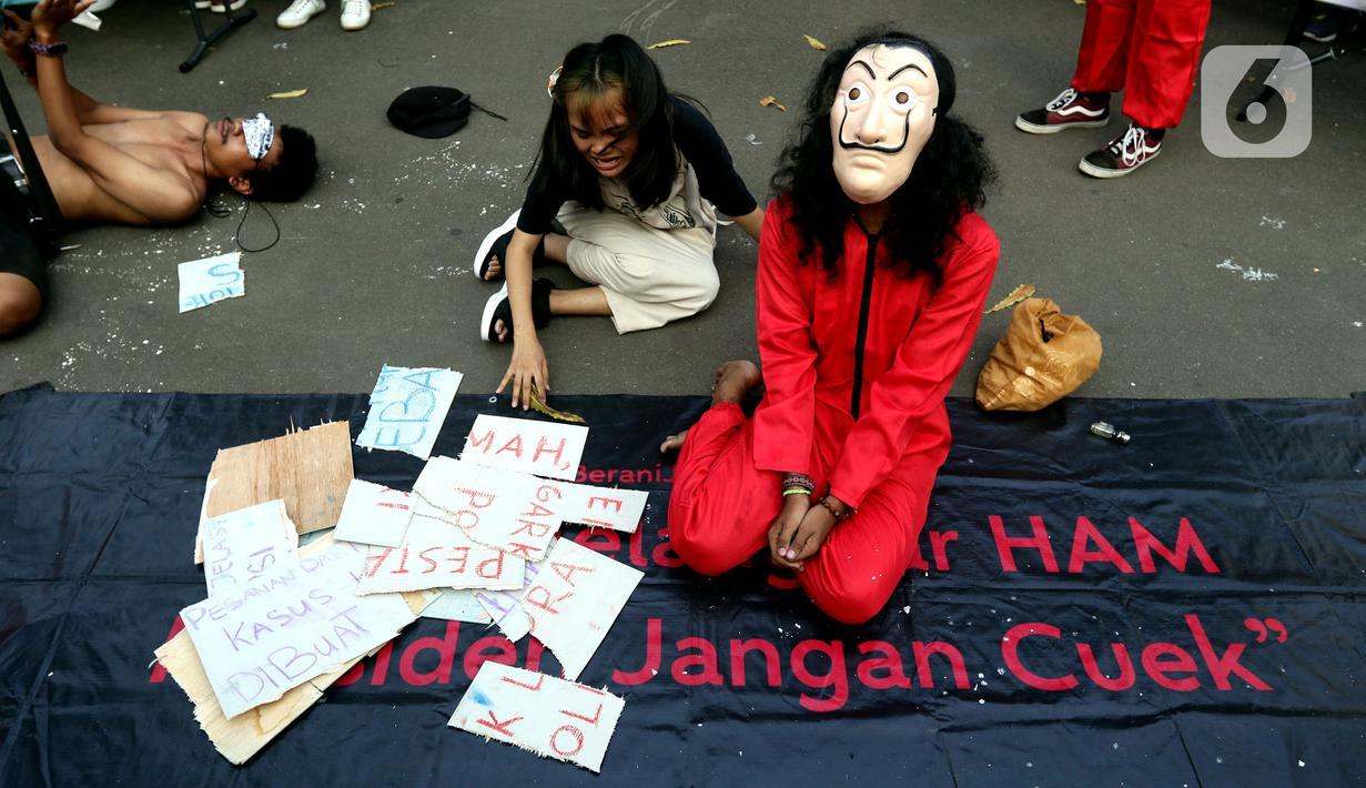 Aktivis melakukan teatrikal aksi damai kantor darurat pemberantasan korupsi di depan Gedung Anti Corruption Learning Center (ACLC), Jakarta, Selasa (28/9/2021). Dalam aksinya, mereka menyuarakan keprihatinan atas kondisi KPK saat ini dan pemecatan 57 pegawai KPK. (Liputan6.com/Helmi Fithriansyah)